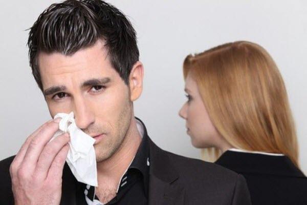 Чоловік плаче
