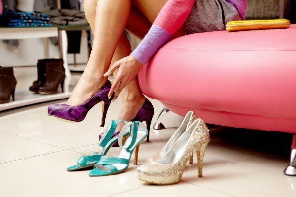 Натирає взуття