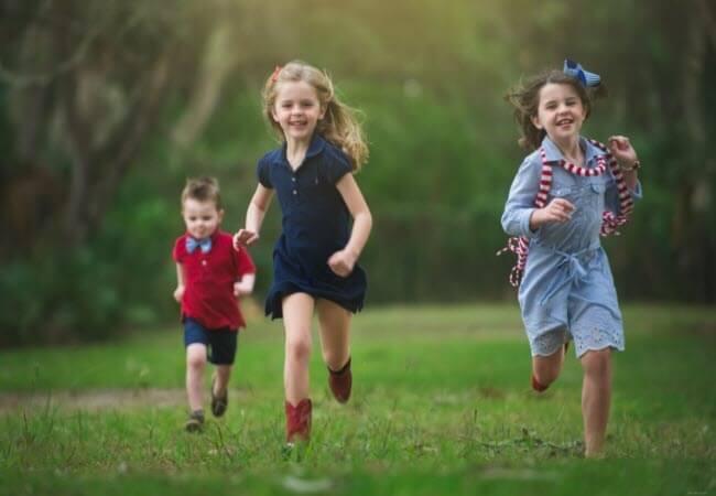 діти біжать