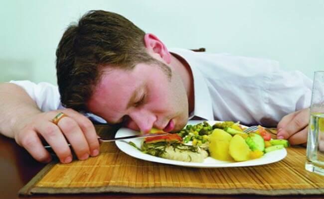 Тошнить після їжі