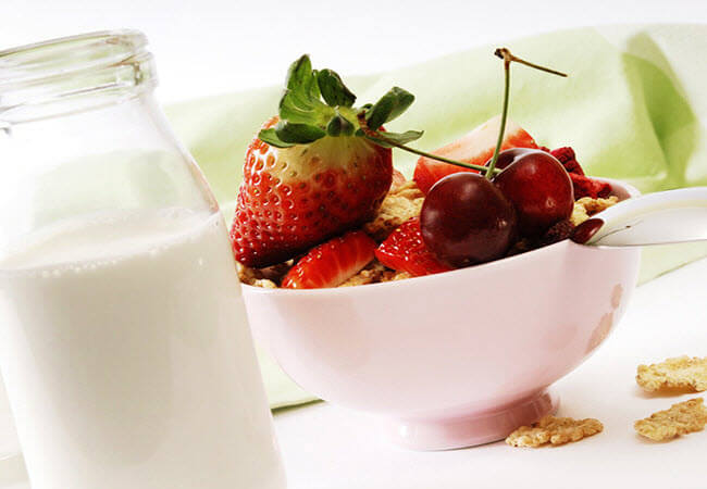 молоко та фрукти