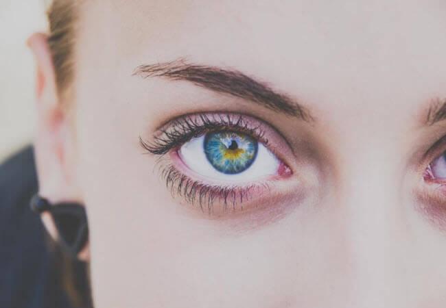 Люди аналізують емоції людини за виразом її очей