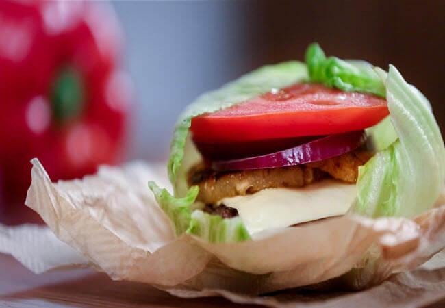 Бургер з листом салату замість булки