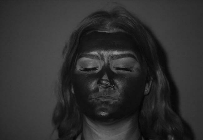 сонцезахисний крем на обличчі