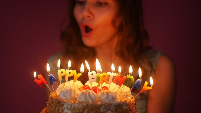 Задування свічок на торті