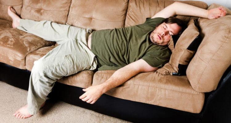 Лежати на дивані