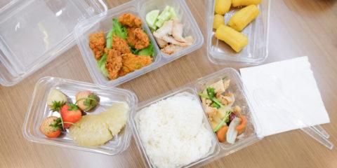 їжа в пластиковій посуді