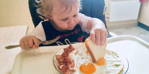 Дитина їсть