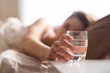 Стакан води біля ліжка