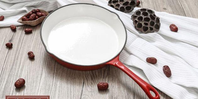 Сковорода з емалевим покриттям