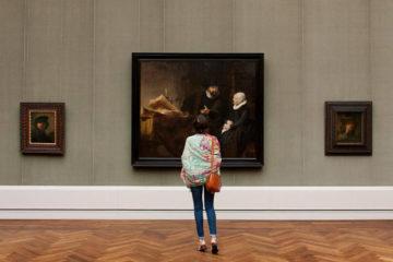 В галереї
