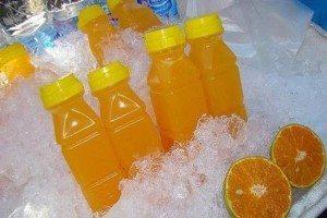 сік в пластикових пляшках